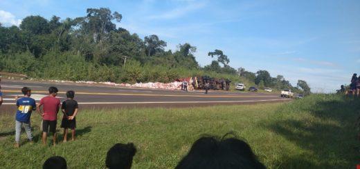 Camión con yerba empaquetada volcó en cercanías de la aldea Perutí sobre Ruta 12