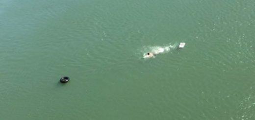 Insólitas imágenes de un contrabandista paraguayo intentando cruzar a nado la frontera entre Foz y Ciudad del Este