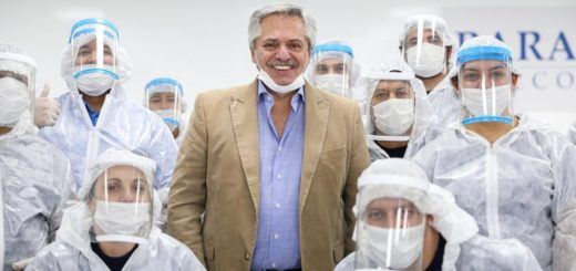 El Presidente visitó una empresa de autopartes que hoy fabrica barbijos y pidió a los trabajadores no bajar los brazos