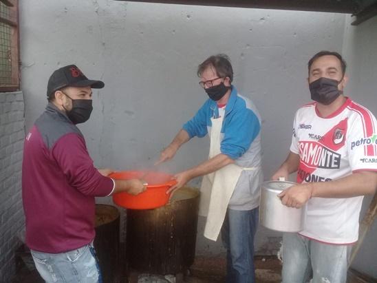 Héroes cotidianos: grupo solidario del barrio San Roque de Posadas confeccionó más de mil barbijos para regalar y pide colaboraciones para realizar ollas populares