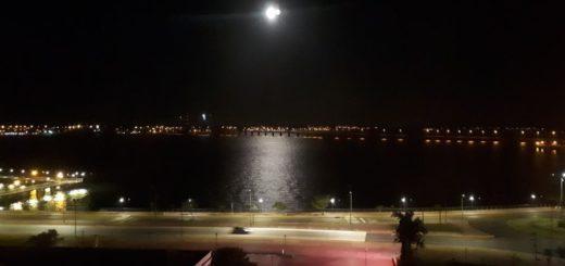 """Mirá el encanto de la """"Luna de las Flores"""" sobre el río Paraná: la última del 2020"""