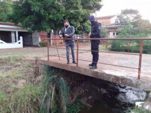 Vecinos de Villa Urquiza preocupados por un líquido extraño que arrojaron al arroyo Vicario y mató a muchos peces