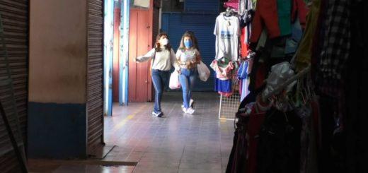 Clientes, vendedores y propietarios festejaron este lunes la apertura de tres importantes centros comerciales en Posadas
