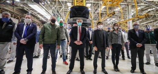 El Presidente visitó la planta de Volkswagen en Tigre, que retomó su producción esta semana