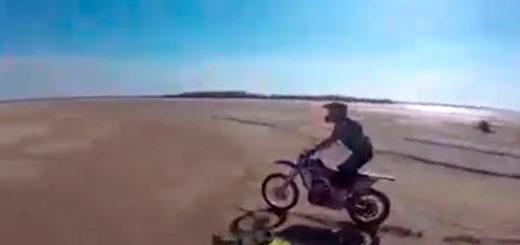 Corrientes: por la bajante histórica, hicieron motocross en el lecho del río Paraná