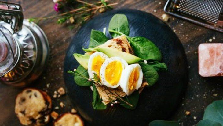 Recomiendan reemplazar ingredientes, cumplir horarios con las comidas y buscar 'picoteos' saludables para mantenerse equilibrado en cuarentena