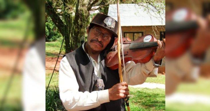El violín de Geniolito llora en silencio su partida