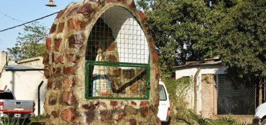 Para que dejen de tirar basura, vecinos colocaron una ermita de la virgen en un baldío