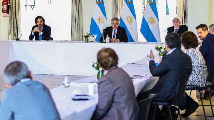 Antes de anunciar la prórroga del aislamiento, el Presidente recibe al comité de expertos