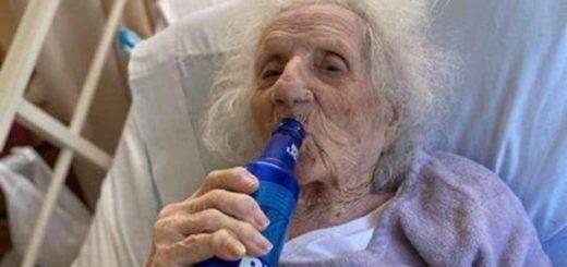 Tiene 103 años, se curó de coronavirus y festejó tomando una cerveza