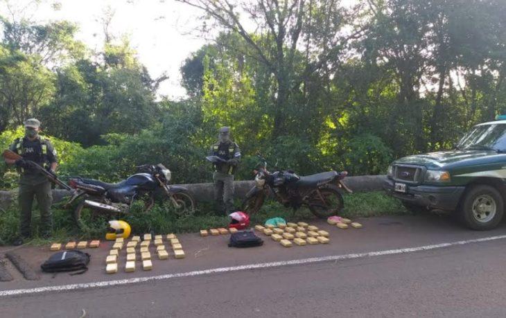 Dos motocicletas fueron abandonadas con más de 39 kilos de marihuana ocultos en mochilas en Aristóbulo del Valle