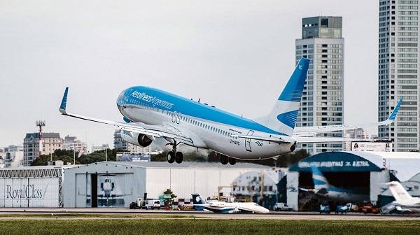 Cuarentena: Aerolíneas Argentinas suspendería a cerca de 7000 empleados por la prohibición de vuelos
