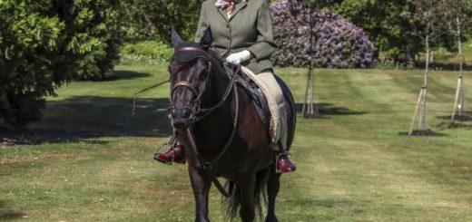 A sus 94 años la reina Isabel II pasea montando su caballo