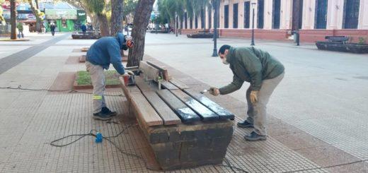 Reparan asientos y canteros deteriorados en la plaza 9 de Julio de Posadas