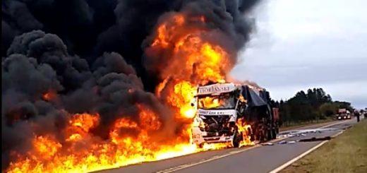 Impactante video del momento en el que se incendia un camión que transportaba bobinas de papel de Arauco hasta Buenos Aires