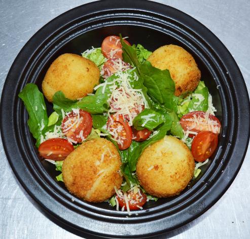 Conocé cómo preparar un exquisito menú vegetariano: croquetas de mandioca y queso, con ensalada mediterránea