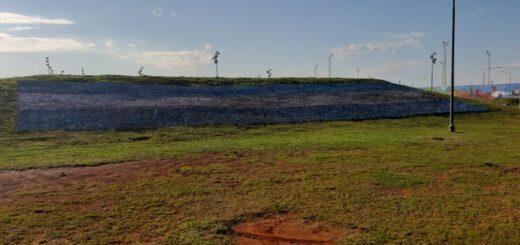 Una bandera argentina de más de 28 metros se luce hoy en la costanera de Posadas