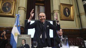 Carlos Menem evoluciona favorablemente y continúa internado por un cuadro de neumonía