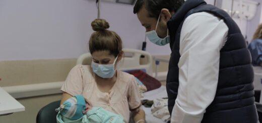 Oscar Herrera Ahuad visitó al primer bebé nacido en el nuevo Hospital Materno Neonatal de Posadas