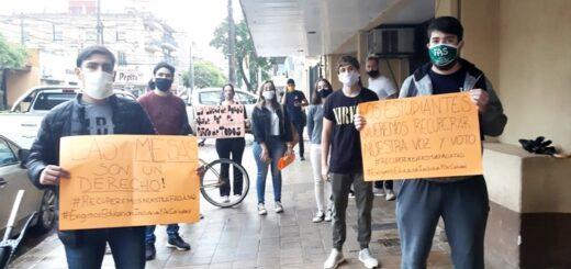 Estudiantes de la facultad de Humanidades de la UNaM se autoconvocaron en la sede central para exigir que se tomen exámenes virtuales