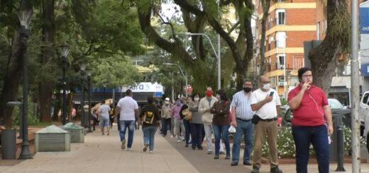Extensas filas para cobrar el aguinaldo y compradores que buscan el regalo del Día del Padre acaparan el microcentro posadeño