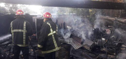 Posadas: vecino de Villa Cabello roció con nafta su casa y provocó un incendio que lo consumió todo