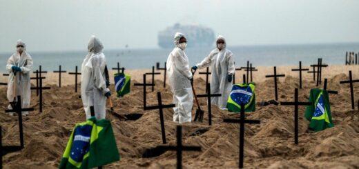 Brasil: cavan fosas comunes en la playa de Copacabana en protesta contra Bolsonaro