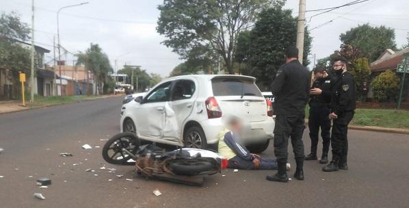 """Posadas: interceptaron a un presunto """"motochorro"""" que luego de una persecución chocó contra un automóvil"""