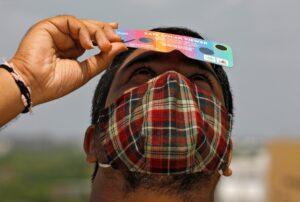 """El particular eclipse tipo """"anillo de fuego"""" se pudo ver en Asia y África"""