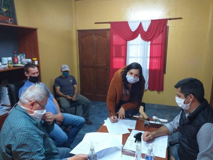 Pozo Azul: el IPRODHA desarrolla obras de reparación de una escuela rural y la construcción de viviendas para colonos