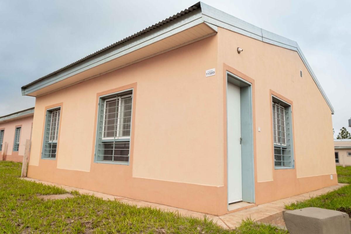 Oscar Herrera Ahuad entregó 51 viviendas en Posadas