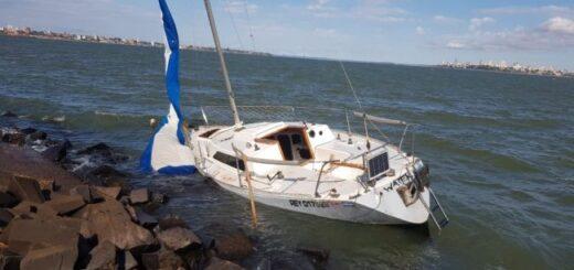 Misteriosa aparición de velero abandonado de bandera argentina en orillas encarnacenas