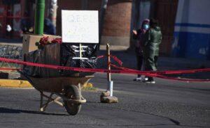 Coronavirus: se repite en Bolivia el bloqueo de calle con ataúd para exigir que el cuerpo de familiares fallecidos por COVID-19 sean enterrados