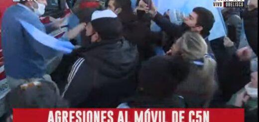 """Manifestantes atacaron a un móvil de C5N durante la marcha """"por la libertad"""" en el Obelisco"""