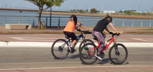 Coronavirus: ciclistas disfrutan de la Costanera de Posadas donde la temperatura roza los 30 grados