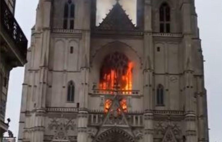 Sospechan que el incendio en la catedral de Nantes fue intencional