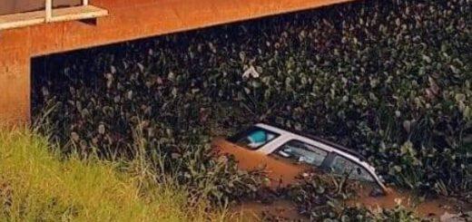 Un auto despistó y cayó al arroyo El Zaimán de Posadas