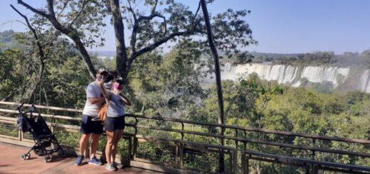 Cataratas del Iguazú: con cupo completo  y a pleno sol visitantes locales disfrutan del Parque Nacional