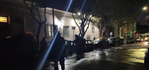 Explosión en la madrugada: siete vehículos y seis motos ardieron cerca de las 6 de la mañana de este domingo y afectó a algunas viviendas