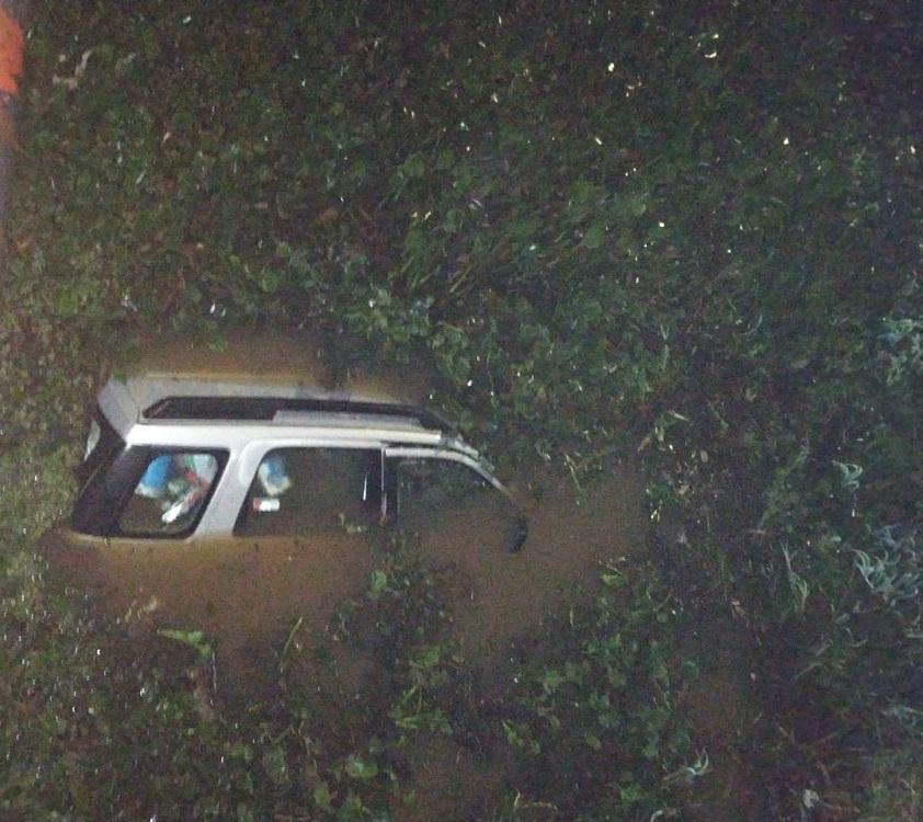 """""""No me importó nada, solamente quería salvar a quien esté dentro del vehículo"""", relató el policía que rescató a un hombre en las frías aguas del arroyo El Zaimán"""