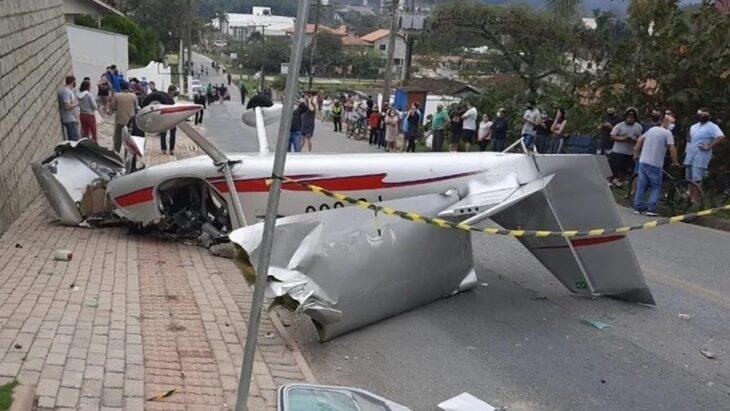 Avioneta se desploma en medio de una calle de Brasil