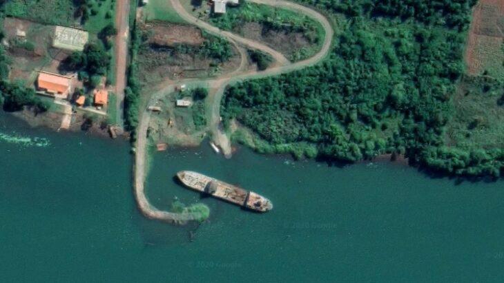 Vea dónde está varado el barco cuya carga en descomposición ...
