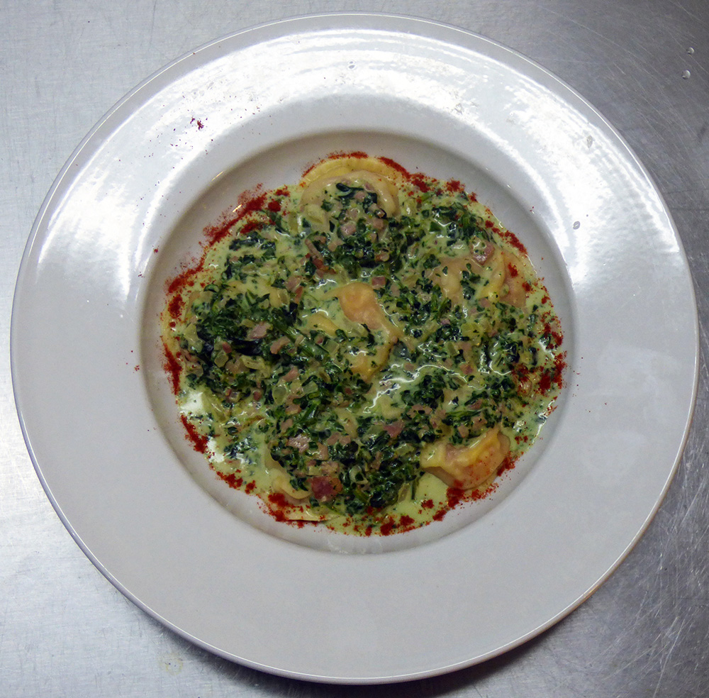 Hoy te presentamos un delicioso menú apto para vegetarianos: sorrentinos de calabaza asada, queso y nuez con salsa de espinacas