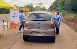 イグアス国立公園の入り口で、公衆衛生担当者が温度管理を実施