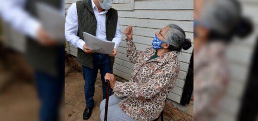 Oscar Herrera Ahuad visitó a familias que pudieron acceder a su terreno propio en Garupá