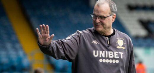 Leeds de Bielsa logró una agónica victoria en Gales y quedó cerca del ascenso