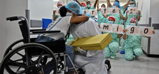 Le propuso matrimonio a su novia recuperada de coronavirus con la complicidad de los profesionales