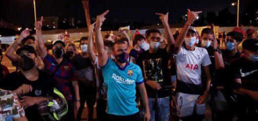 Hinchas del Barcelona se acercaron al club para protestar por la salida de Messi