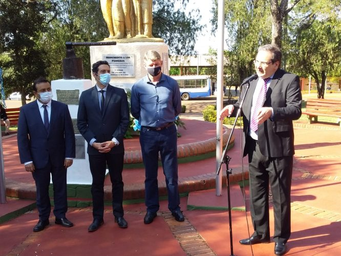 """El gobernador Oscar Herrera Ahuad acompañó la presentación de la canción y la bandera de Dos de Mayo y valoró que """"se reafirme la democracia con una carta orgánica"""""""