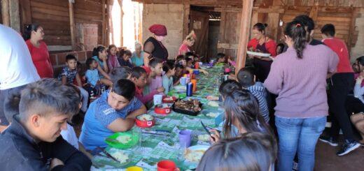 """Más de 200 niños disfrutaron del """"asadazo"""" que surgió en Oberá como parte de una discusión con veganos"""
